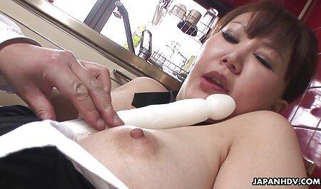 ¡Doble penetración debajo de porno anime sub español la mesa!