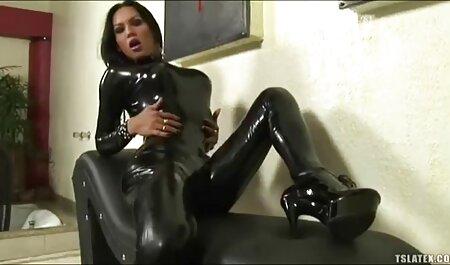 Silvie jugando consigo misma en las escaleras porno hentai sub en español