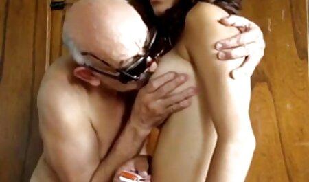 Milf deprimida porno subtitulado español chupa sus pezones hinchados antes de masturbarse